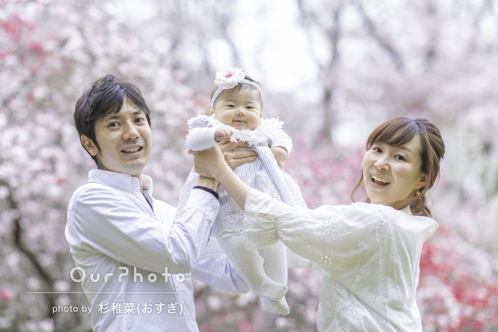 桜を背景に家族みんなで笑顔で