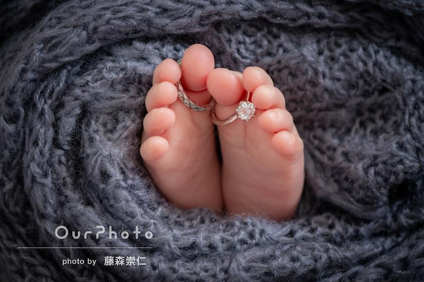 小さな足にパパとママの指輪