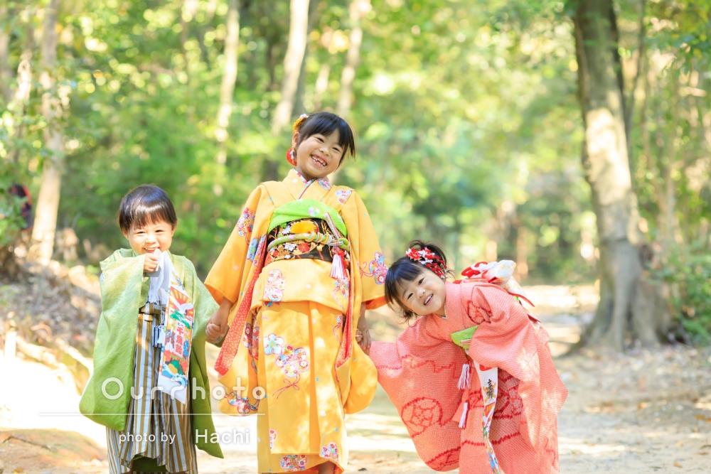 子ども3人カラフルな着物で七五三