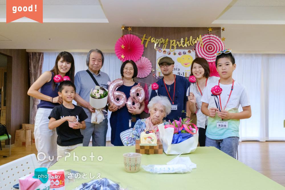 フォトギャラリー「家族に溶け込みながら撮影」98歳の誕生日記念に家族写真の撮影