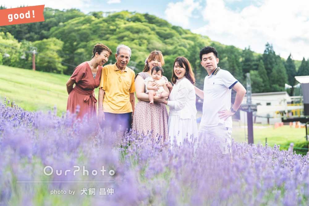 フォトギャラリー「「不慣れな家族も自然な笑顔」高原で紫色のお花と共に家族写真の撮影」