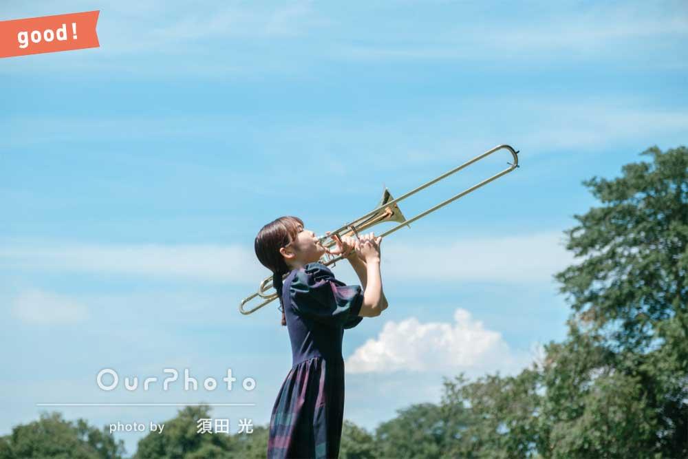 フォトギャラリー「森の中できらきら輝くトロンボーンを奏でながらプロフィール写真の撮影」