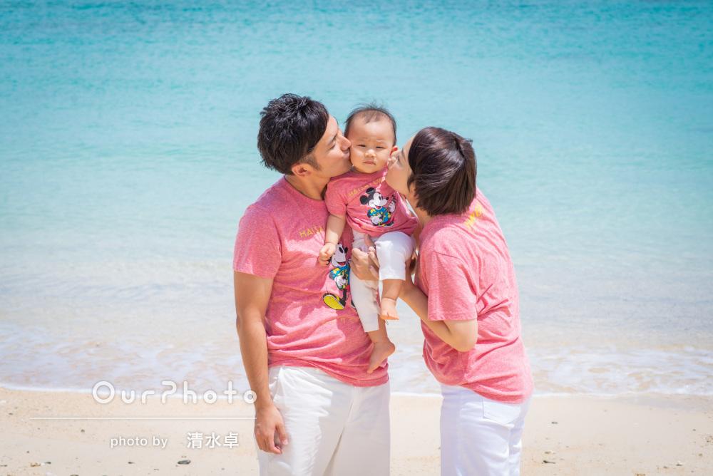 「旅行の記念にいい思い出となり」沖縄の海と空に囲まれて家族写真撮影
