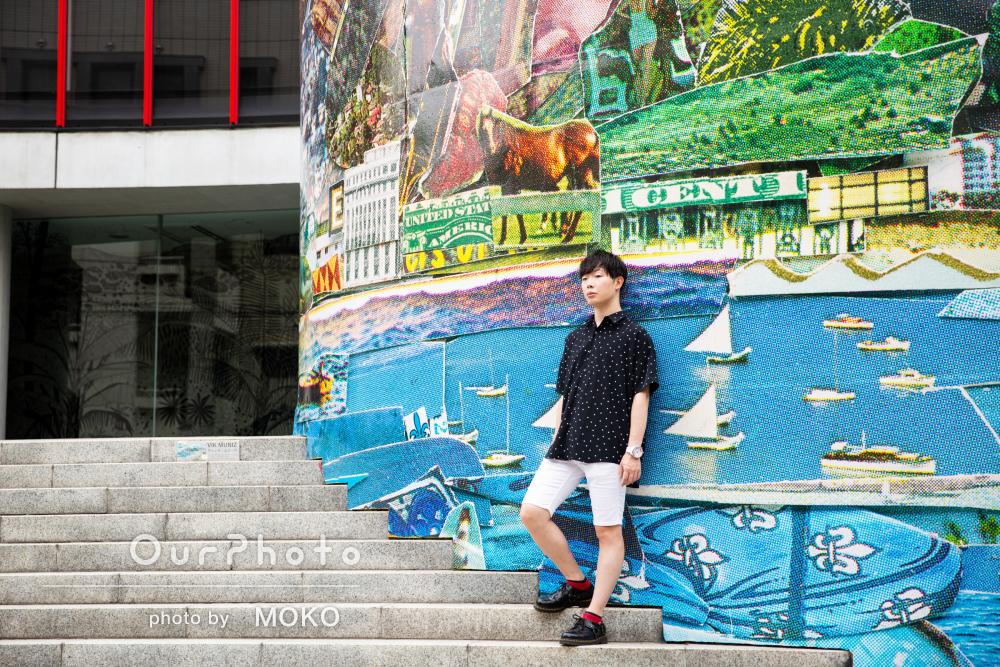 ウオールアートを背景にポートフォリオ用のプロフィール写真撮影