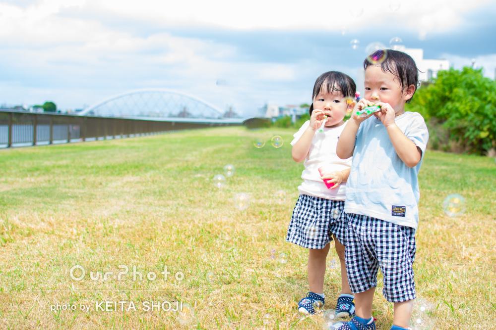 「双子ならではのショットを」2歳双子の成長記録に家族写真の撮影