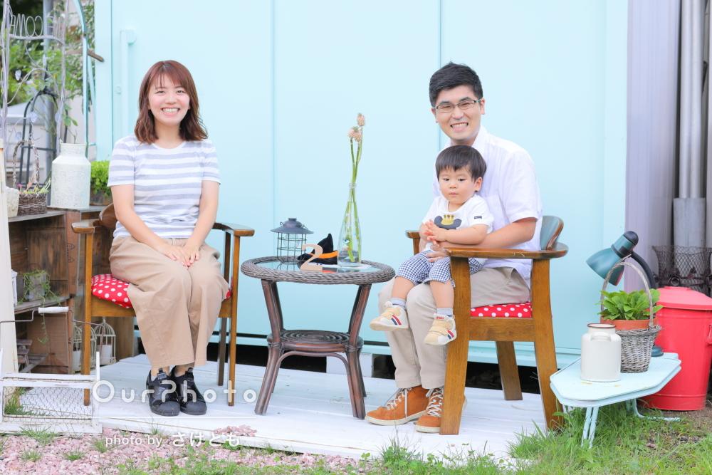 楽しいね!おしゃれなで素敵な自宅の庭を探検しながら家族写真の撮影