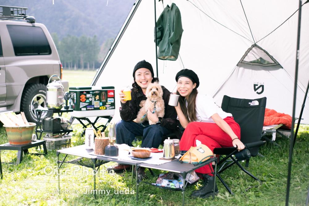 ワンちゃんと一緒にキャンプをエンジョイ!カップルフォトの撮影