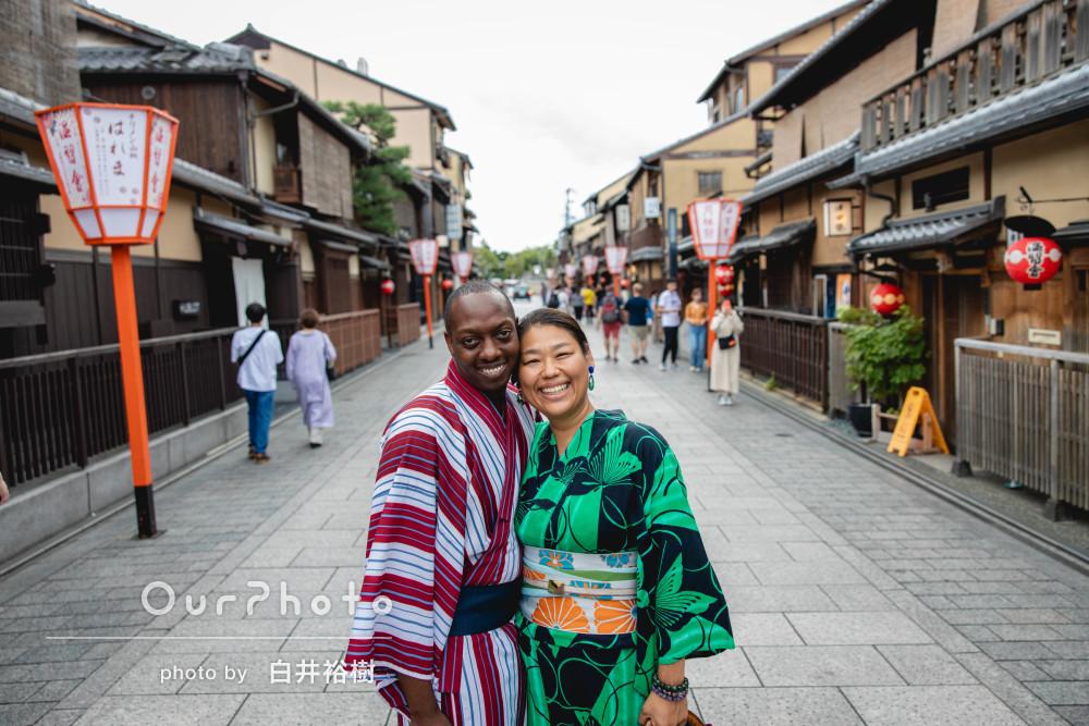 京都の町並みを背景に!旅行の記念に和装でカップルの撮影