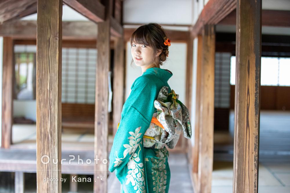 艶やかな緑の着物を着て立っている姿がとても素敵な成人式記念の撮影