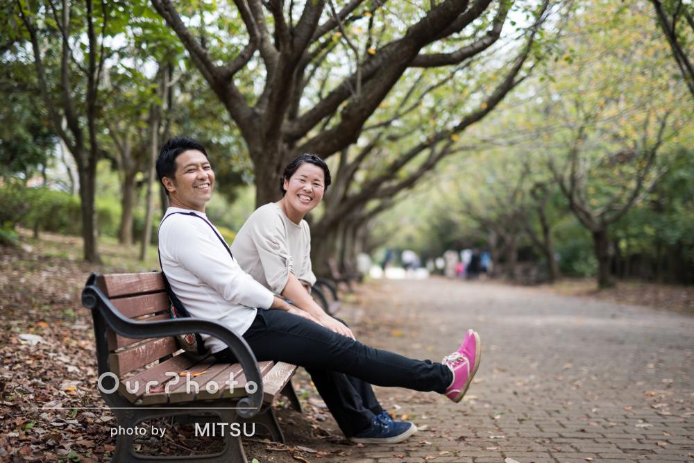 秋晴れの空の下、公園デート!笑顔あふれるカップルフォトの撮影