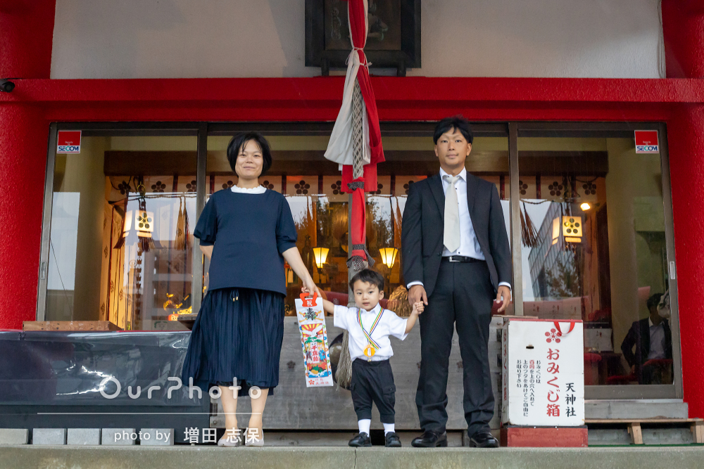 緊張した横顔も凛々しく!子どもの成長を感じる七五三詣での記念撮影
