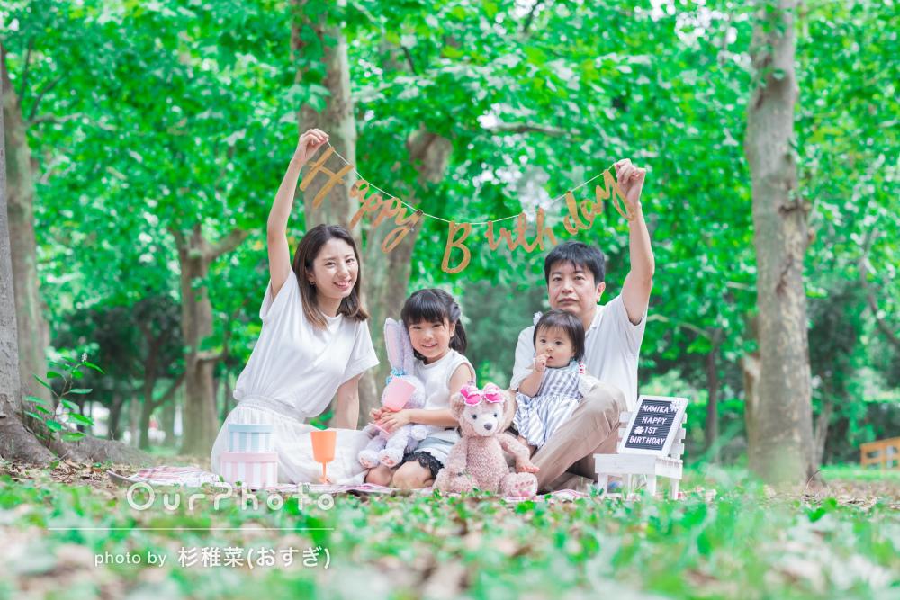 「家族の素敵な宝物が出来ました」キレイな緑が咲く家族写真の撮影