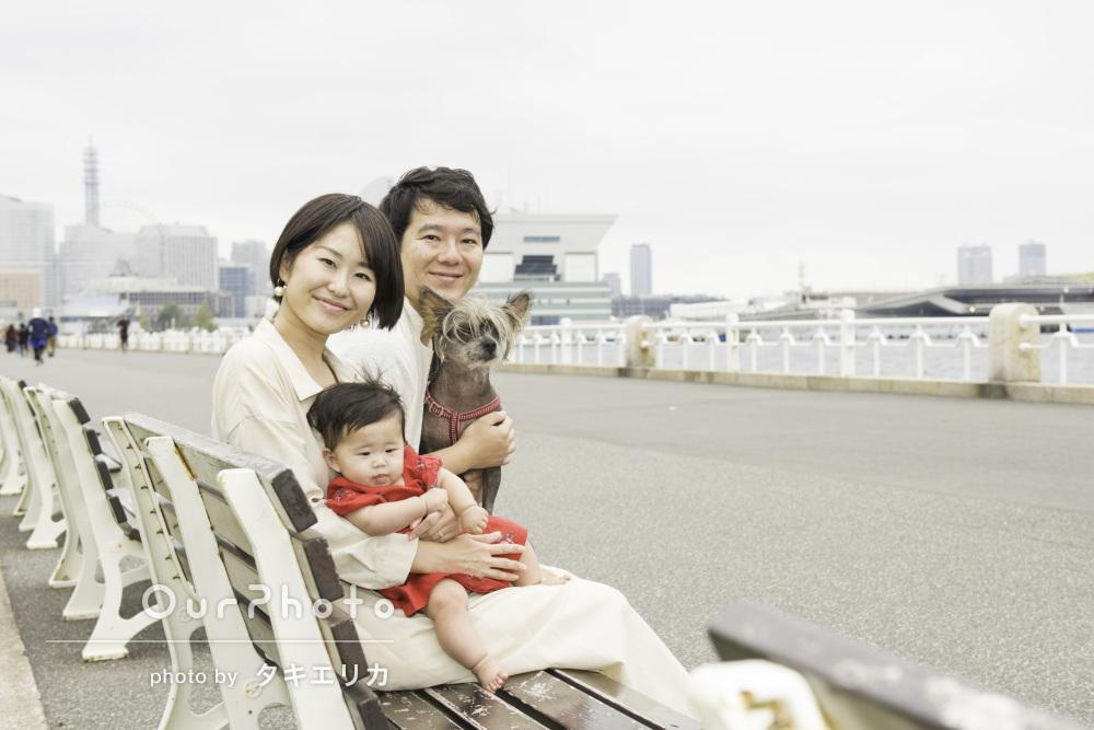 ワンちゃんも一緒にお散歩しながら仲良く家族写真の撮影