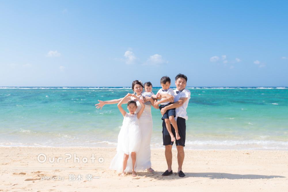 家族皆で白のリンクコーデ!輝くようなビーチで家族写真の撮影