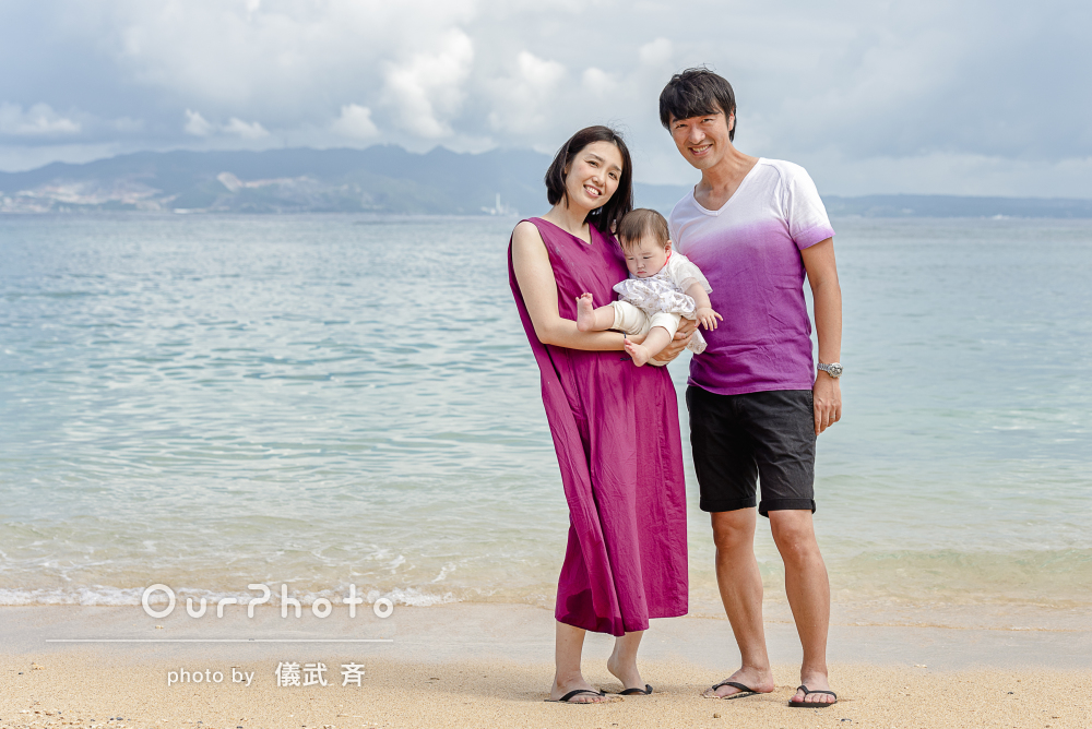 「お洒落なアングルでまるでモデルさん」沖縄のビーチで家族写真撮影