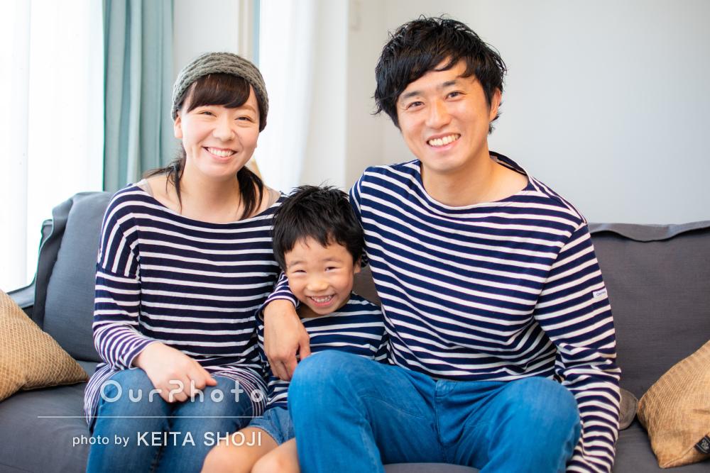 お子様も「終始楽しそう」おそろいのボーダーシャツで家族写真の撮影