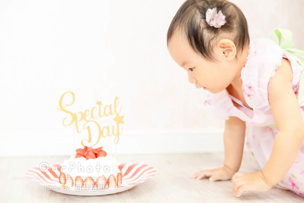 「1歳のバースデー写真」スマッシュケーキ美味しいね!家族写真の撮影