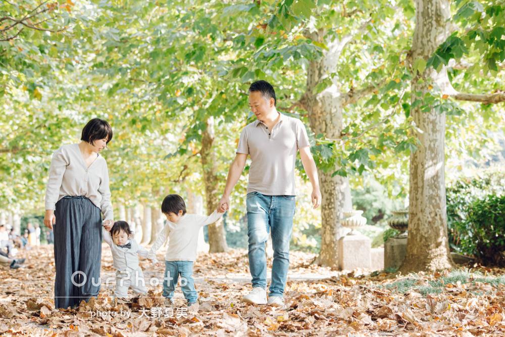 秋晴れの心地よい空の下で…家族の記念写真の撮影