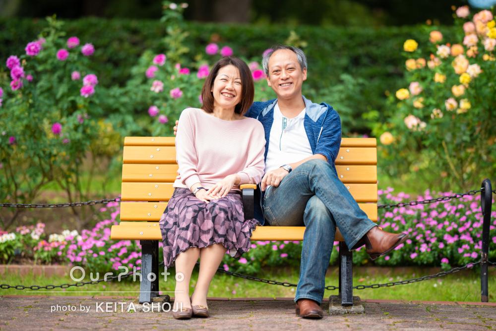 「楽しく撮影に臨めました」満面の笑みを浮かべて幸せなカップル写真撮影