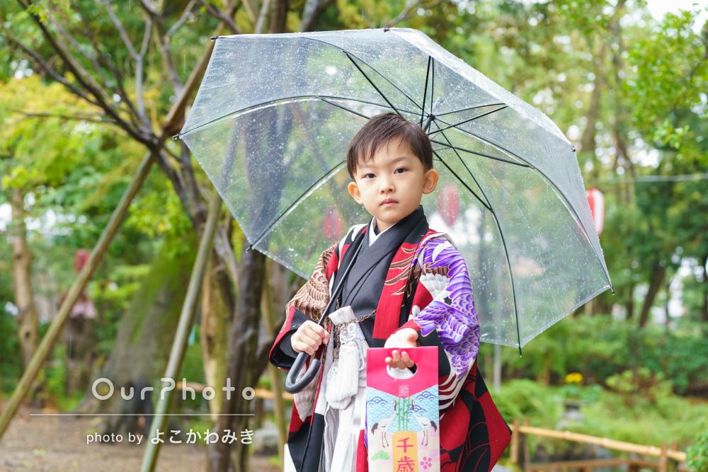 雨に濡れた境内の緑が色鮮やか!モダンな和装で七五三参りの撮影