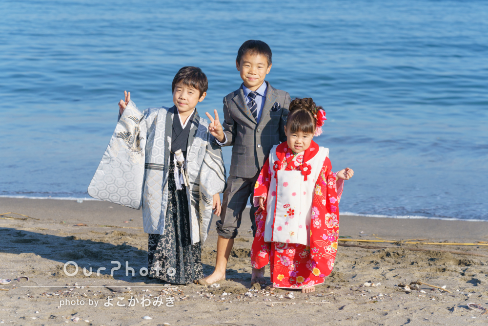 自然豊かな場所で海や緑を背景にした七五三の記念写真を撮影