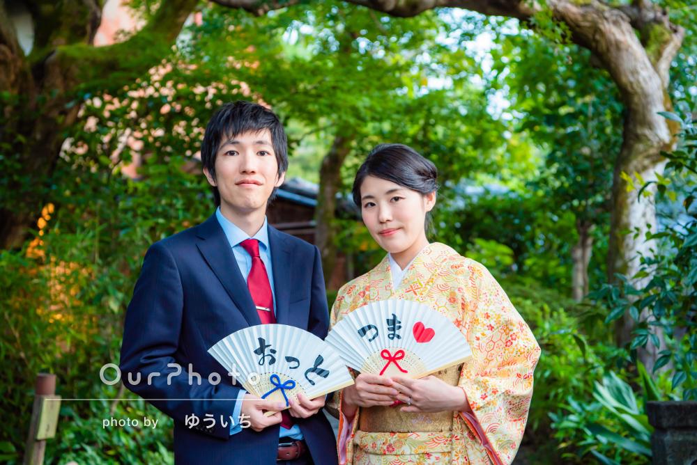 「小道具にも柔軟に対応」京都の街で前撮りのカップルフォトの撮影
