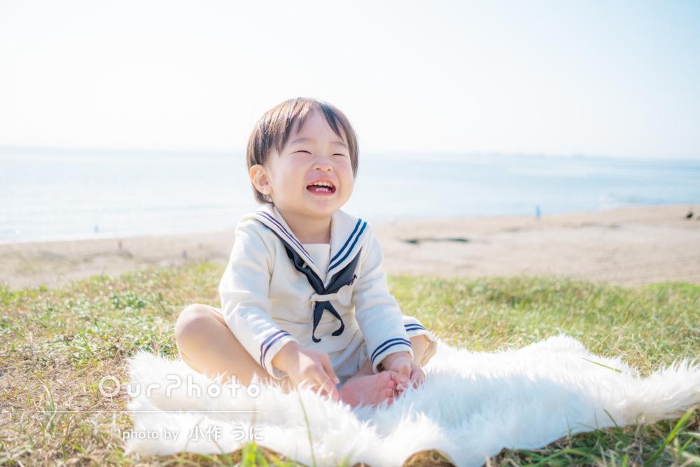 「人見知りせず笑顔でいっぱい」笑顔と海がキラキラ輝く家族写真撮影