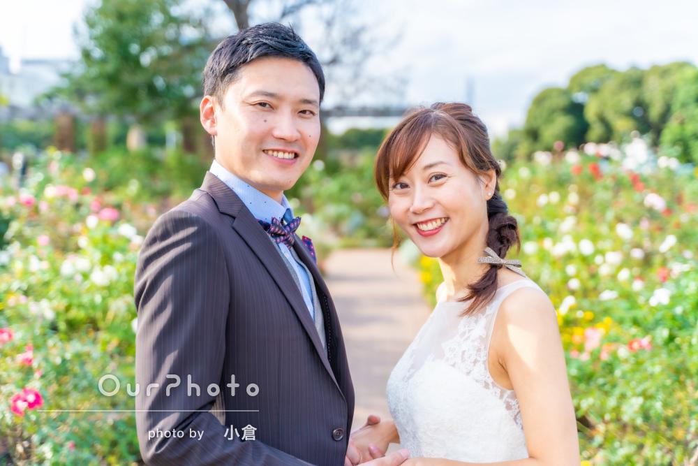 「とても温かい雰囲気で撮影」秋バラや青空を背景にカップル写真の撮影