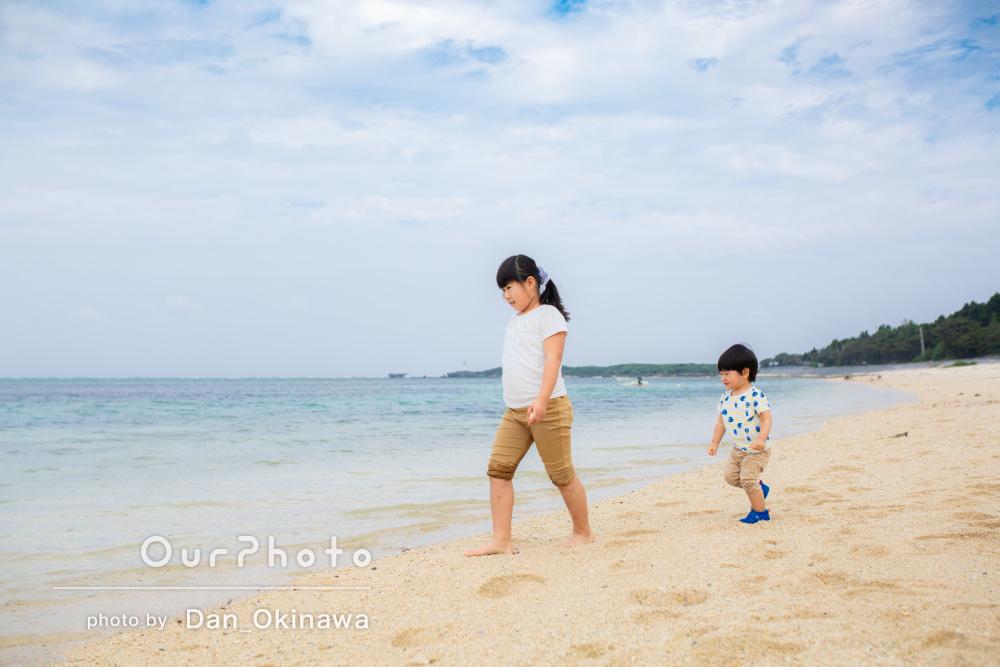 雰囲気のあるフクギ並木と美しい海に魅了される家族写真の撮影
