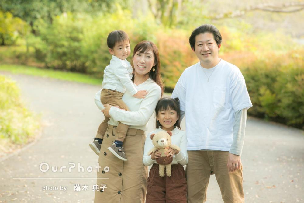 やわらかい秋の陽だまりの中で家族のお出かけ写真の撮影
