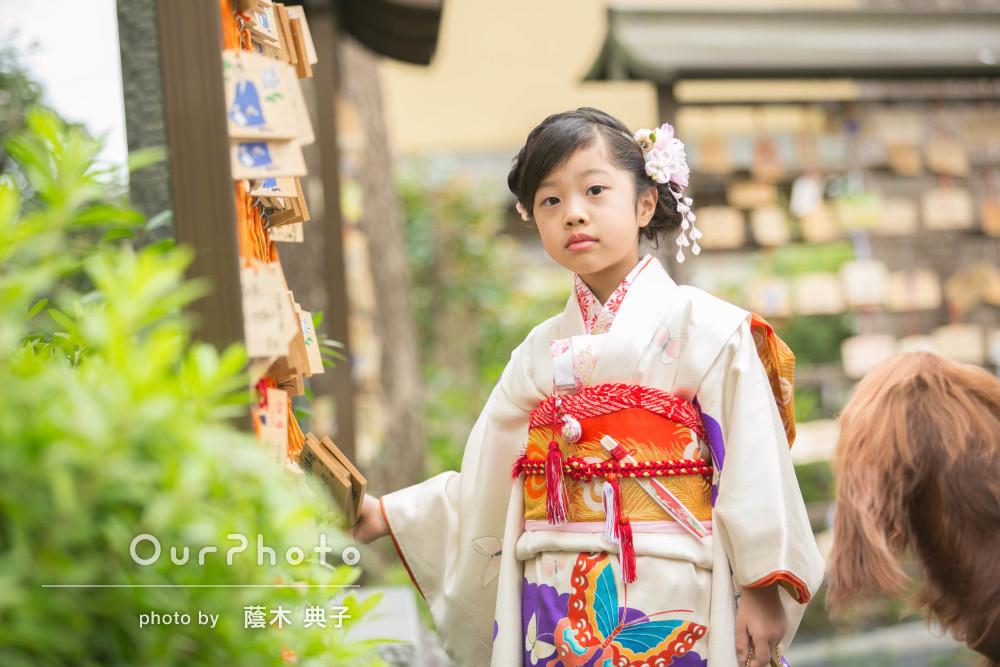 白地に蝶の舞う振袖が大人っぽい!7歳の七五三詣りの撮影
