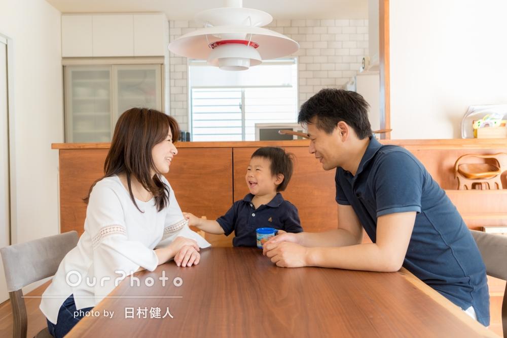 ピカピカのご自宅で、ご家族の普段の様子を撮影!あたたかで笑顔いっぱいの家族写真
