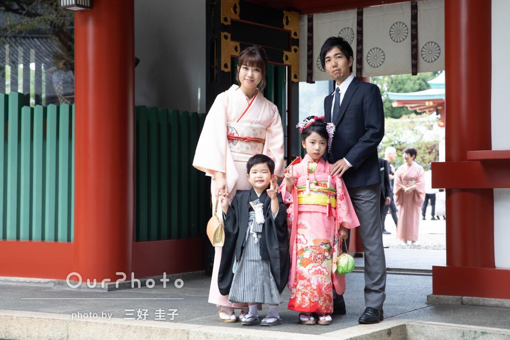 極彩色が美しい神社で姉弟の7歳と5歳の七五三詣りの撮影