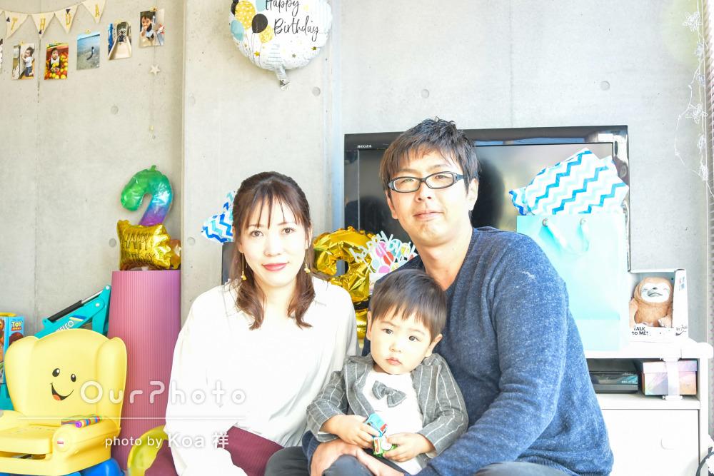元気いっぱい!2歳のバースデー記念にご自宅で家族写真の撮影