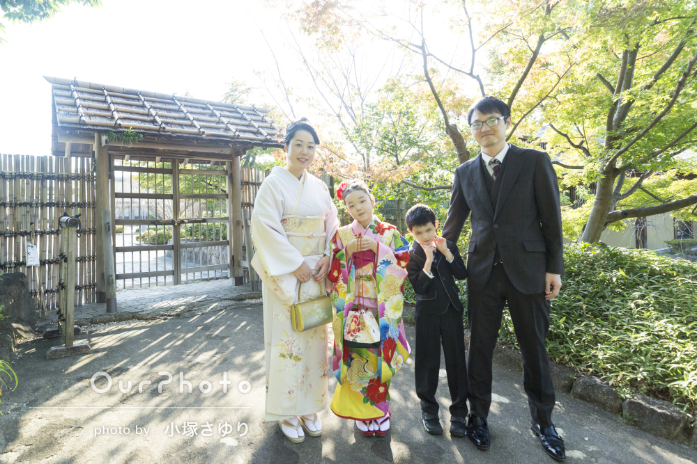 「子供たちも緊張せず和やかな雰囲気」秋色の公園で着物姿の家族写真