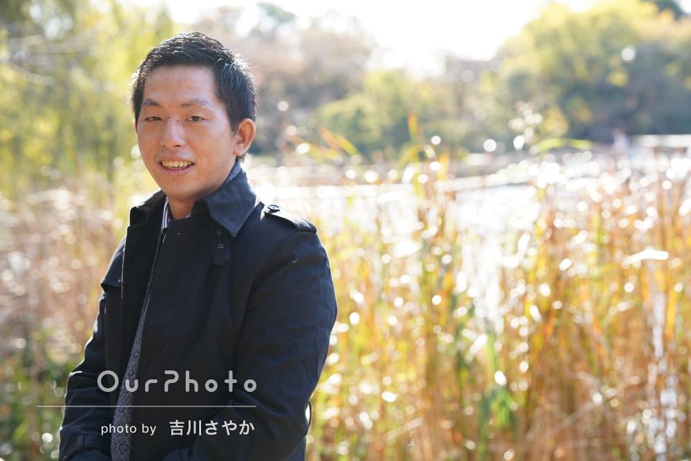 秋の日差しの中で公園にてあたたかい空気の男性プロフィール写真の撮影