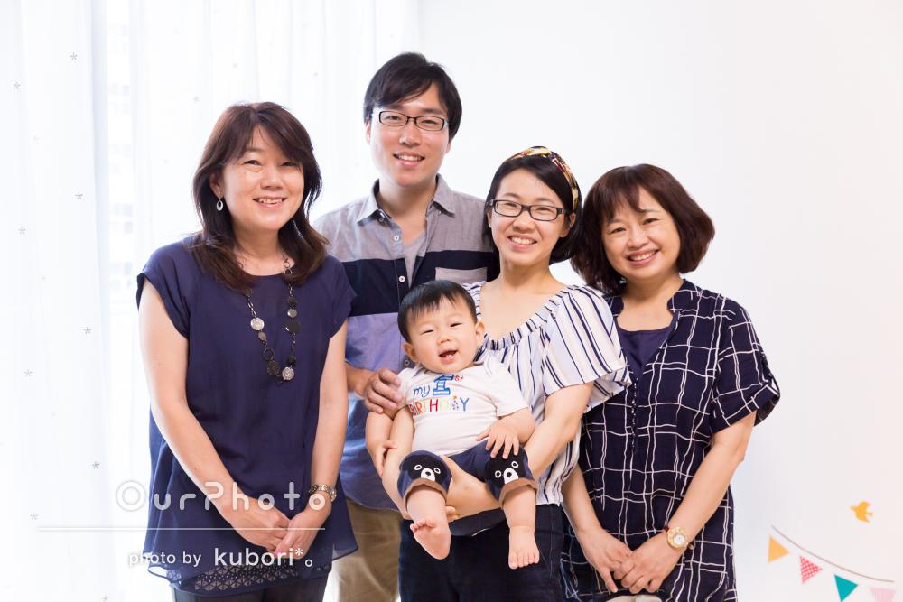 """1歳になるお子様のお誕生日記念に、""""選び取り""""の儀式をご自宅で!3世代集まっての家族写真の撮影"""