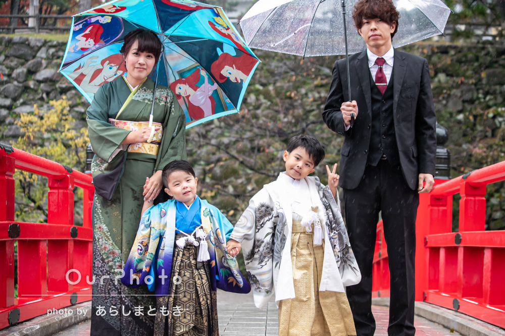 雨の日でも元気いっぱいな袴姿がかっこいい仲良し兄弟の七五三の記念撮影