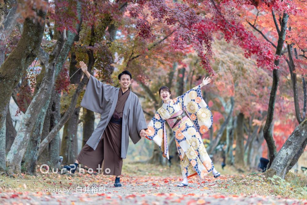 紅葉の美しい森や歴史ある寺院を和服で散策しながらカップルフォトの撮影