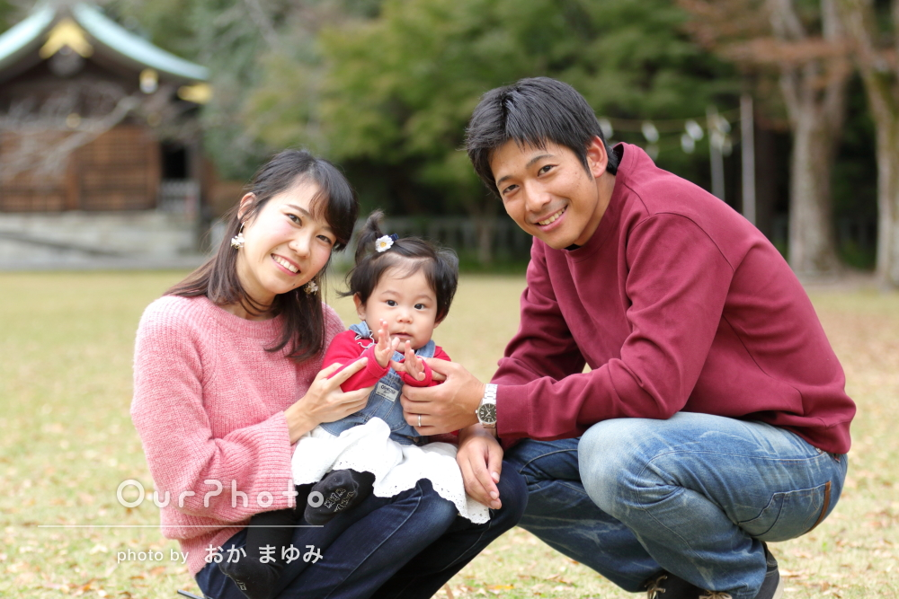 芝生の上でのびのびと!家族3人のお出かけ写真の撮影
