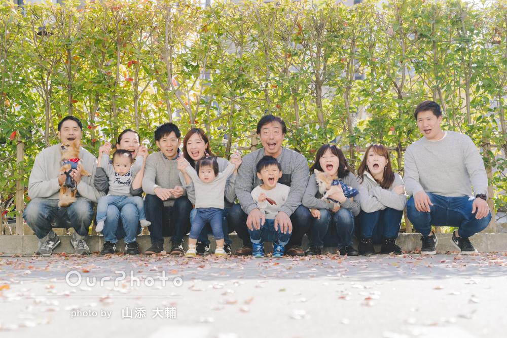 11人と2匹で圧巻のリンクコーデ!おじいちゃんの還暦祝いに家族写真