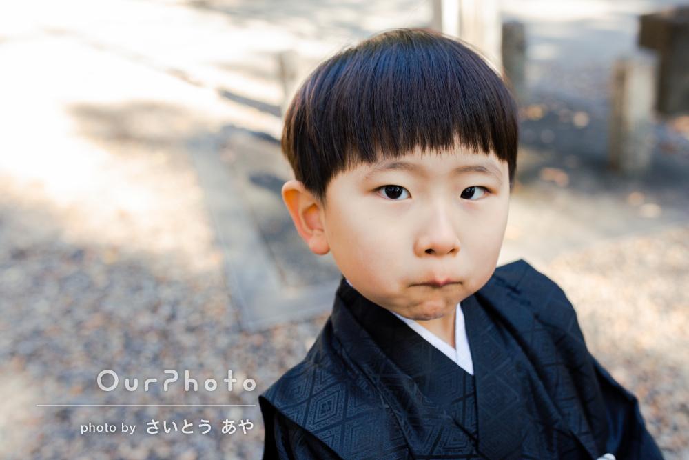 「嫌がる子供たちを相手にスムーズに撮影」黒い羽織袴で七五三の撮影