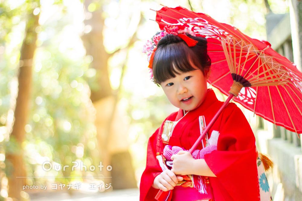 和傘を手に可愛らしいポーズ!真っ赤な着物で七五三撮影