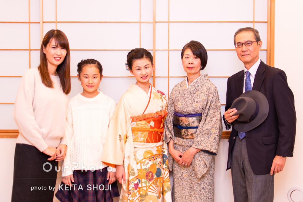 「表情やポージングなどアドバイス」晴れ着姿の娘さまと家族写真の撮影