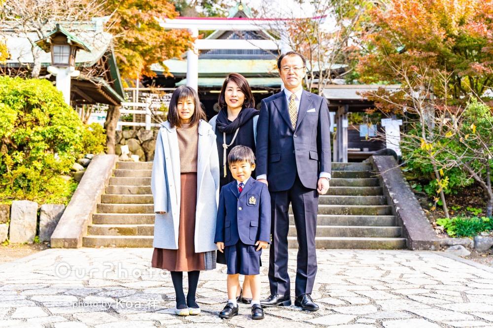 濃紺のスーツで正装して主役の風格満点!5歳の七五三詣りの撮影