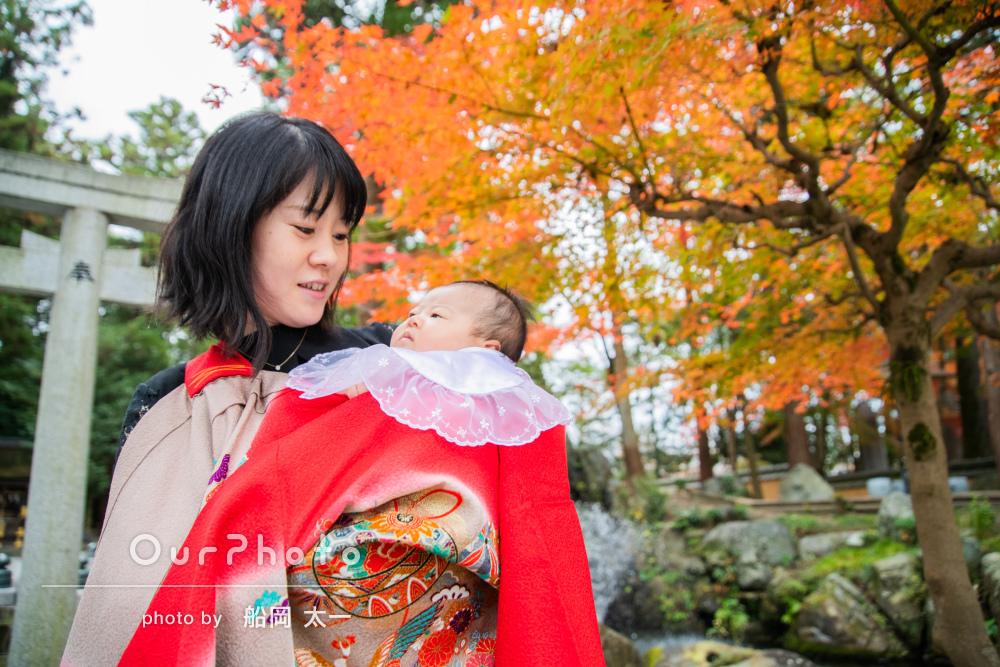 おめめがパッチリ!鳥居や紅葉が美しく彩ったお宮参りの撮影