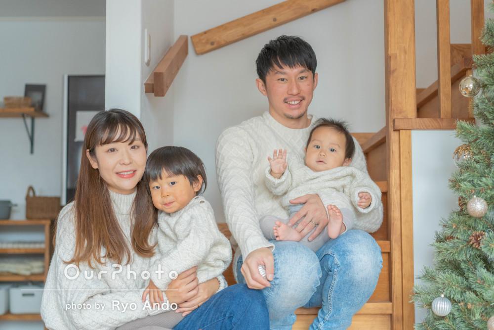 ご自宅で冬の訪れを感じるおそろいのセーターコーデが素敵な家族写真の撮影