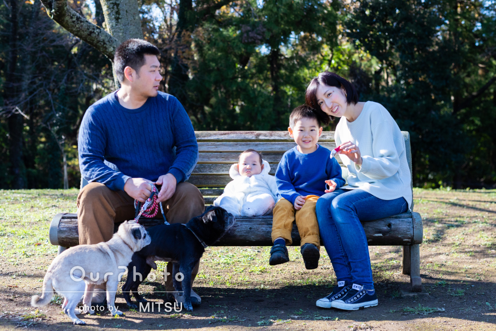 冬でも暖かな写真!わんちゃん達も一緒に公園で「自然な笑顔」の家族撮影