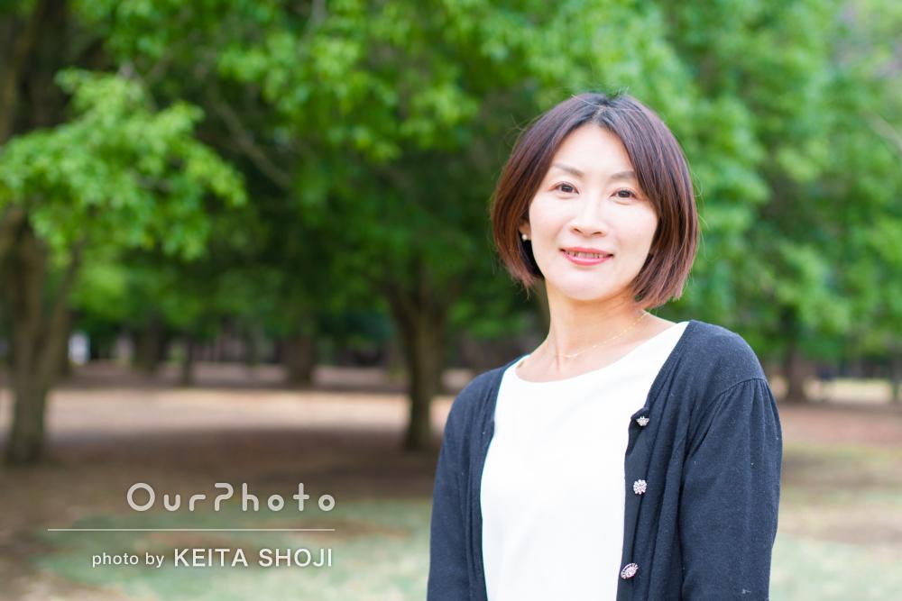 「実物以上に素敵な写真」爽やかな緑とともに女性プロフィールの撮影