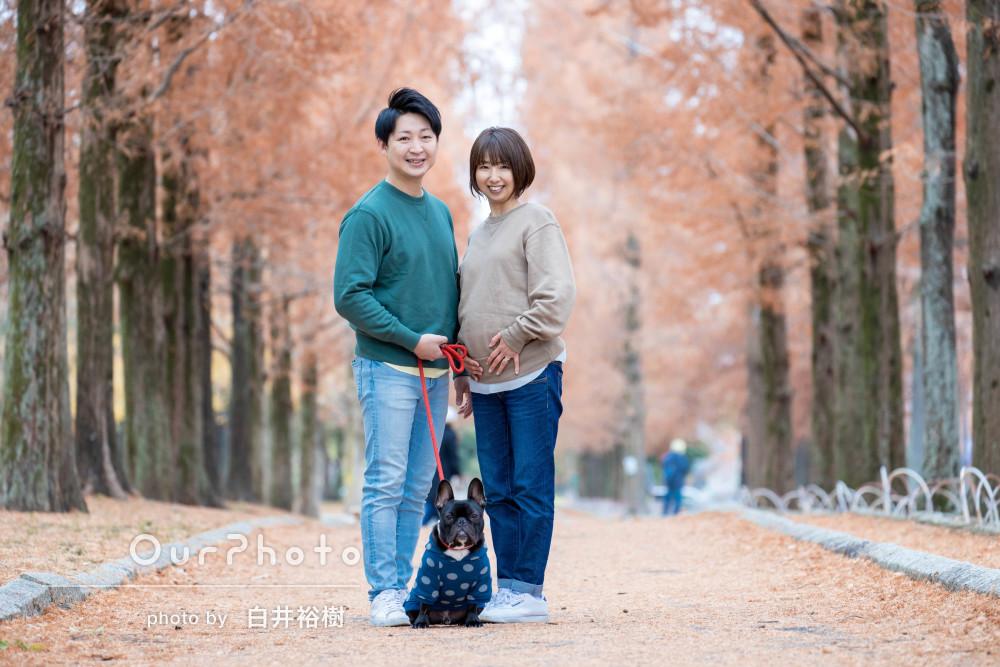 ワンちゃんと一緒に、家族仲良くお散歩しながらマタニティフォト撮影